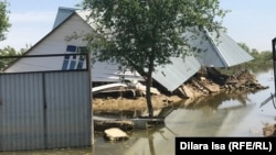 Дом в селе Оргебас в Мактааральском районе, затопленном после прорыва Сардобинского водохранилища в Узбекистане, 12 мая 2020 года.