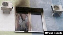 Разьбітае акно ў будынку падатковай інспэкцыі ў Гомлі