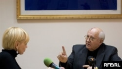 Mihail Gorbaciov acordînd un interviu Europei Libere