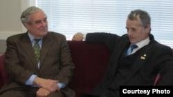 Посол США в Україні (1993-1998 рр.) Вільям Міллер (л) і перший голова Меджлісу кримськотатарського народу Мустафа Джемілєв. Фото, зроблене 15 грудня 2010 року
