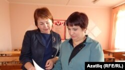 Әлфия Гайсина белән Рәсилә Габдрахманова биремнәрне карыйлар