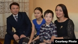 Слева направо: отец Димаша Кудайбергена Канат Айтбаев, младшая сестра Раушан, младший брат Абильмансур и мать Света Айтбаева.
