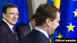 """Председатель Еврокомиссии Жозе Мануэль Баррозу и президент России Дмитрий Медведев, по мнению некоторых экспертов, """"технически готовы"""" открыть границы."""