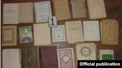 «Хизб-ут-Тахрир» діни ұйымы мүшелерінің үйлерінен табылды делінген кітаптар. Ташкент, 29 қазан 2015 жыл.