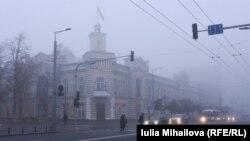 Chișinăul, în ceață. La prima oră de votare