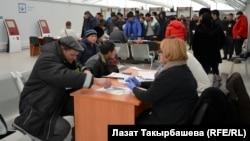 Москванын четиндеги Сахарово конушунда жайгашкан Миграция борборуна патент алуу үчүн келгендер