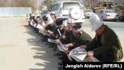 Кыркалекей тизилип, гезит окуп отурган аксакалдар. Баткен шаары, 31-март, 2012.