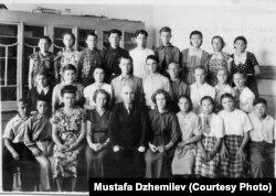 Мустафа Джемілєв (другий зліва в нижньому ряду) – учень 8 класу Мірзачульської середньої школи. Архів Мустафи Джемілєва