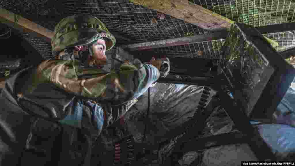 Боєць з крупнокаліберним кулеметом спостерігає за ділянкою фронту