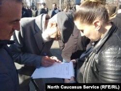 На митинге собирали подписи под обращением к президенту РФ Владимиру Путину