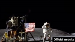Джон Янг на Луне.