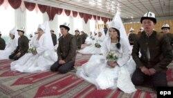 Массовая церемония бракосочетания в Бишкеке. Иллюстративное фото.