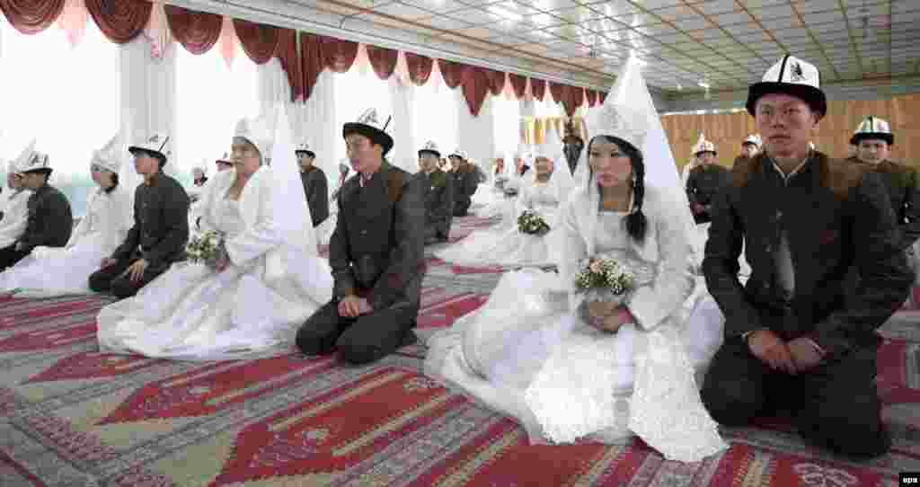 نماز خواندن دامادها و عروسها در مسجد اصلی بیشکک