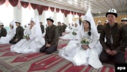 Иллюстративное фото. Групповая церемония бракосочетания в центральной мечети Бишкека. Кыргызстан, 13 ноября 2012 года.