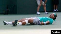 Fotografi arkivi e tenistit spanjoll, Rafa Nadal gjatë festimit të fitores në një nga ndeshjet e karrierës së tij