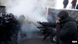Митингчилер менен полициянын кагылышуусу. Киев, 17-декабрь, 2019-жыл
