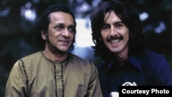 Ravi Shankar cu discipolul său George Harrison în anii 1970