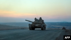 Сепаратчиларнинг танки Донецкдан Новоазовскка қараб кетмоқда. 24 февраль куни олинган сурат.