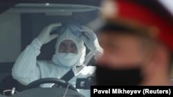 Специалист в защитной одежде и сотрудник органов безопасности защитной маске.