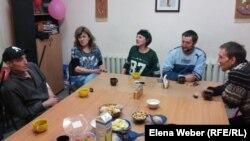 Участники группы взаимопомощи для людей, живущих с ВИЧ. Темиртау, 16 апреля 2016 года.