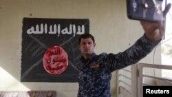 Իրաքի ոստիկանական ջոկատի սպան սելֆի է անում ԻՊ-ի դրոշի ֆոնին, 10-ը հունվարի, 2017թ․