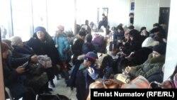 Ожидающие вылета пассажиры в аэропорту города Оша.