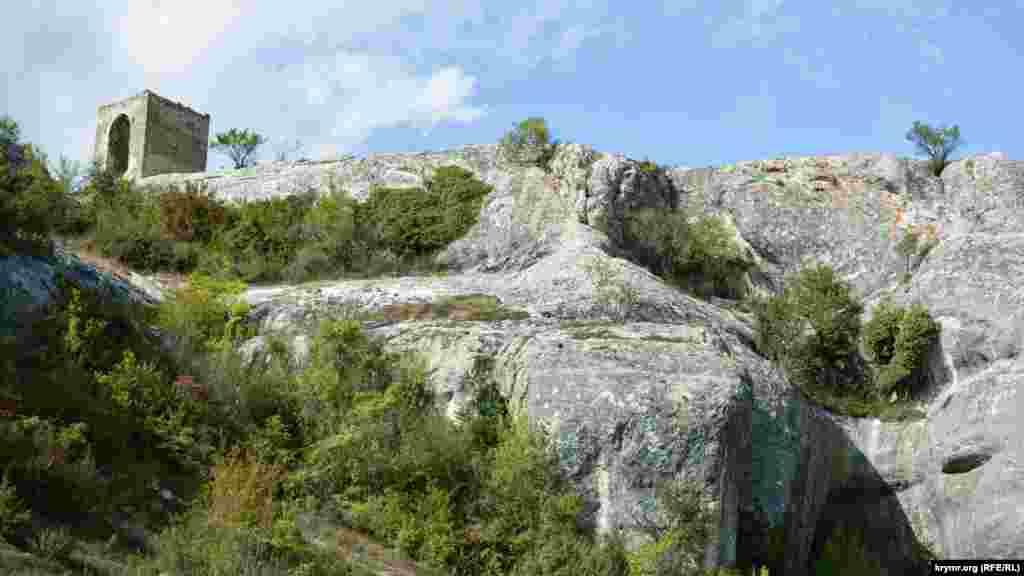 Многие скалы имеют покатую закругленную ветрами форму