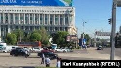Республика алаңында тұрған полиция қызметкерлері. Алматы, 21 мамыр 2016 жыл.