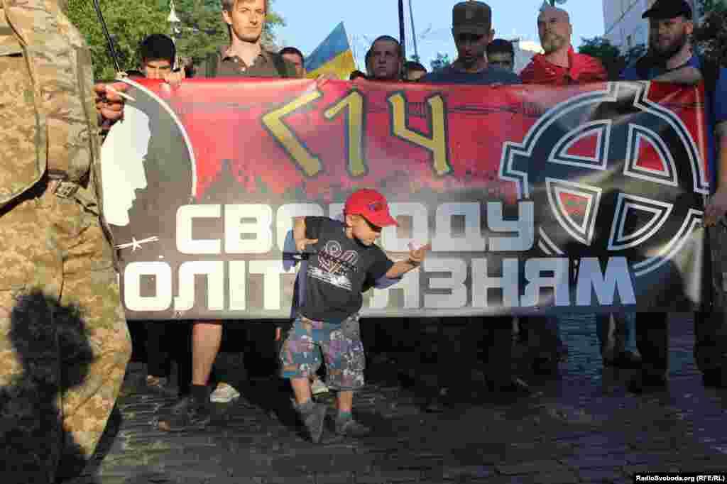 «Юний протестувальник» у колоні зі своїми старшими товаришами