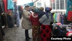 Еріктілер мигранттармен сөйлесіп тұр. Қарағанды, 28 наурыз 2013 жыл.