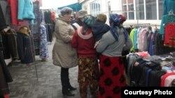 Қарағандылық еріктілер базардағы мигранттармен сөйлесіп жүр. (Көрнекі сурет)