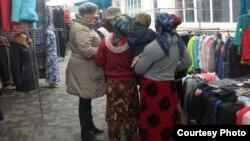 «Қызыл жарты ай» қоғамының еріктісімен сөйлесіп тұрған адамдар. Қарағанды, 28 наурыз 2013 жыл.
