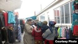 Волонтеры беседуют с предполагаемыми трудовыми мигрантами на одном из карагандинских рынков. 28 марта 2013 года. Фото предоставлено Обществом Красного Полумесяца.
