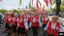 Сторонники Социалистической партии Украины проводят в Киеве шествие в честь дня трудящихся. 1 мая 2014 года.