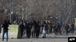 Люди допомагають пораненим внаслідок вибуху в центрі Кабула, 27 січня 2018 року