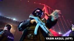 Турски полицаец стои пред ноќниот клуб во Истанбул во кој имаше напад.