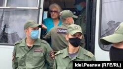 Полицейские у автозака с задержанными с субботу, 1 августа