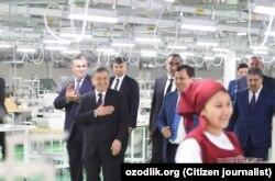 Шавкат Мирзияев явно был рад тому, что местная молодежь обеспечена работой.