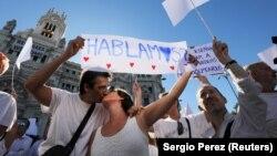 Участники акции в поддержку диалога между испанцами и каталонцами