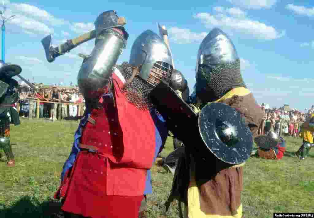 Учасники лицарського турніру б'ють суперника на повну силу