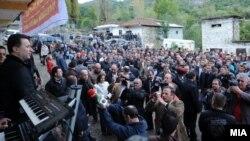 Премиерот Никола Груевски во посета на Македонците кои живеат во Голо Брдо, Албанија на 15 октомври 2011.