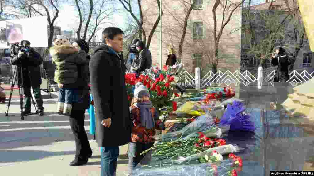 Некоторые жители города пришли на акцию памяти Декабрьских событий 1986 года со своими детьми. Алматы, 17 декабря 2015 года.