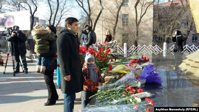 Церемонии возложения цветов в память о Декабрьских событиях 1986 года. Казахстан, Алматы, 17 декабря 2015 года
