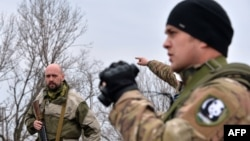 """Военнослужащие украинского добровольческого батальона """"Днепр-1"""" осматривают позиции возле села Чермалык в 40 километрах от Мариуполя"""