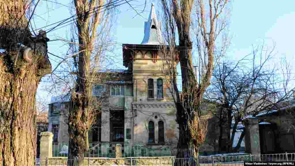 Одно из самых знаменитых строений на улице Шмидта в Симферополе ‒ возведенный в 1907 году особняк. Он привлекает к себе внимание своей крышей, декоративным оформлением стен и мраморным львом у входа