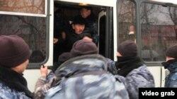 Полицейский спецназ проводит задержания на месте возможного митинга в Нур-Султане. 27 февраля 2020 года.