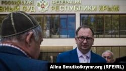 Адвокат Николай Полозов возле здания Верховного суда Крыма, архивное фото