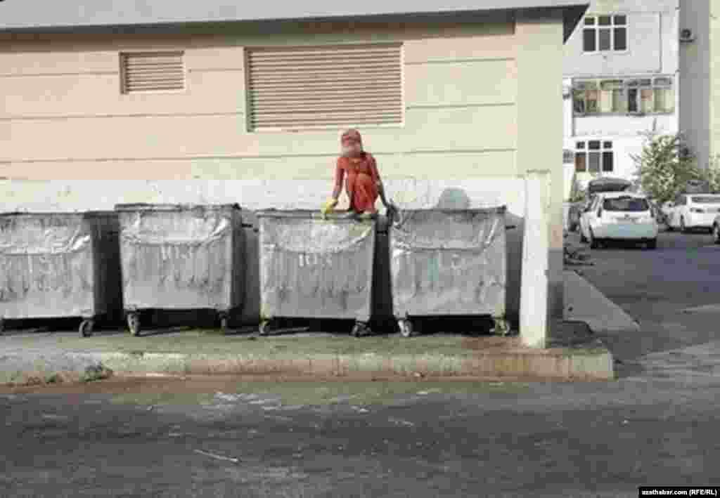 Эта девочка копается в мусоре, перепрыгивая из контейнера в контейнер,Ашхабад, ноябрь, 2019
