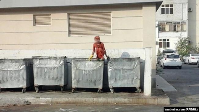 Эта девочка копается в мусоре, перепрыгивая из контейнера в контейнер, сообщил корреспондент Азаттыка в Ашгабате.