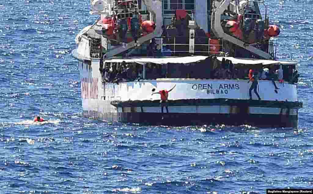 Nakon više od dve nedelje deo migranata i izbeglica je skočio u more u pokušaju da plivajući dođe do italijanske obale